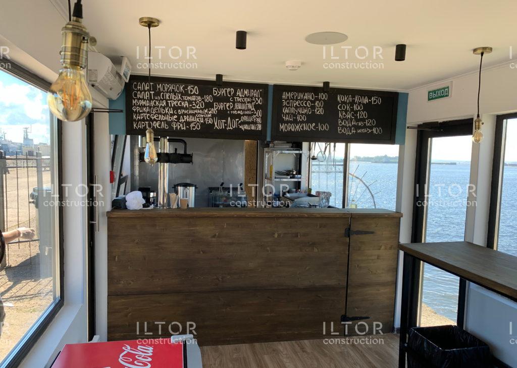 Барная стойка и зона кухни в кафе из морского контейнера